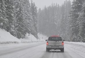 automobilis, vaziuojantis misku ziema